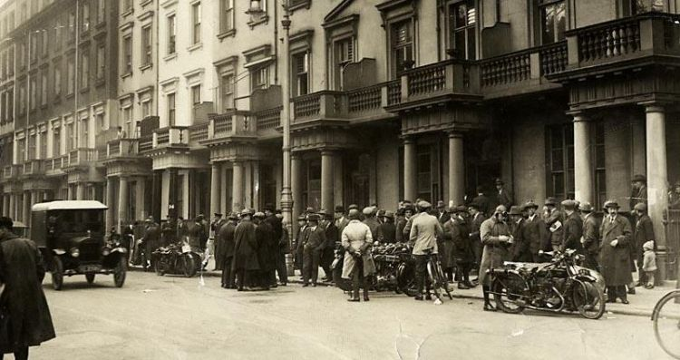 Dispatch riders wait for orders outside the TUC headquarters,1926