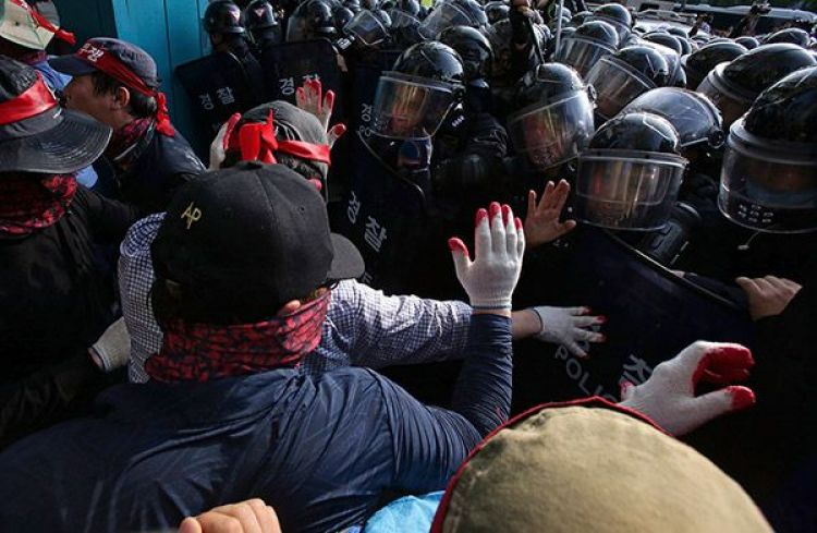 Riot police clash with union members attending 2015's May Day rally in Seoul (Photo by Chung Sung-Jun/Getty Images)